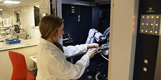 Researcher carries out diffraction analysis.