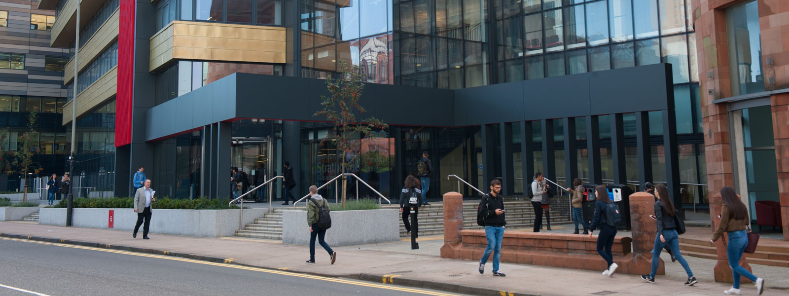 strathclyde business school from cathedral st with staff and students walking in front