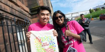 two strathclyde students wearing pink tshirts at freshers week